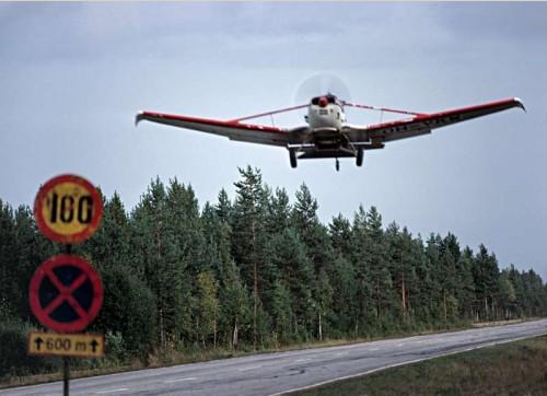 Fertilising plane takes off